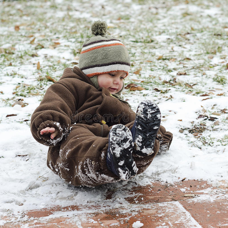 冰冷的溜滑路的孩子 库存照片