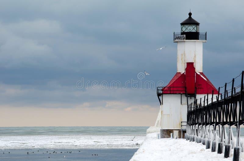 冰冷的灯塔和鸟 库存图片