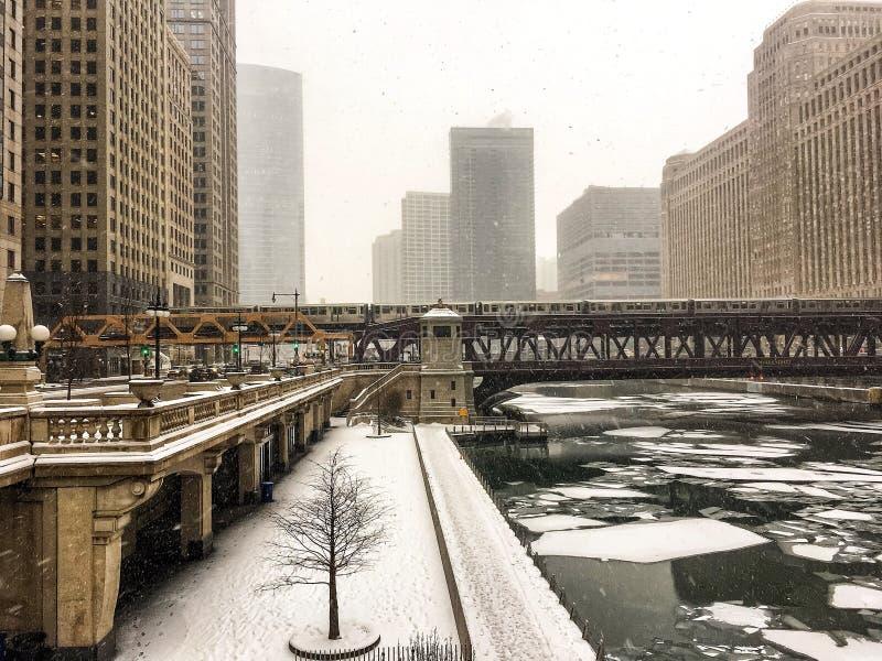 冰冷的芝加哥河和积雪的riverwalk看法在大雪期间 图库摄影