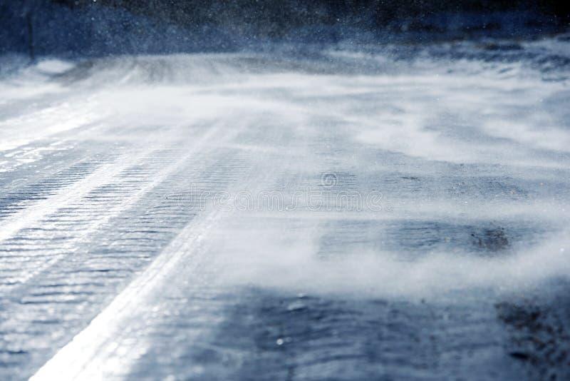 冰冷的路低吹雪 免版税库存照片