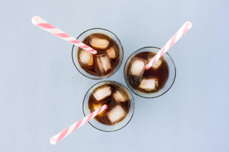 冰冻咖啡、冰块和秸杆在玻璃 库存照片