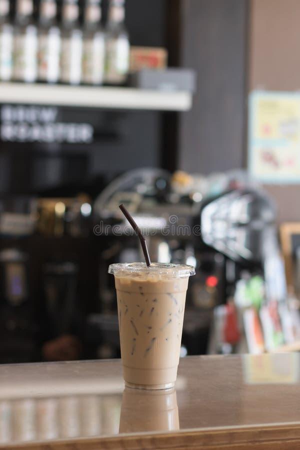 冰冻咖啡拿走杯子 室内咖啡馆 免版税库存图片