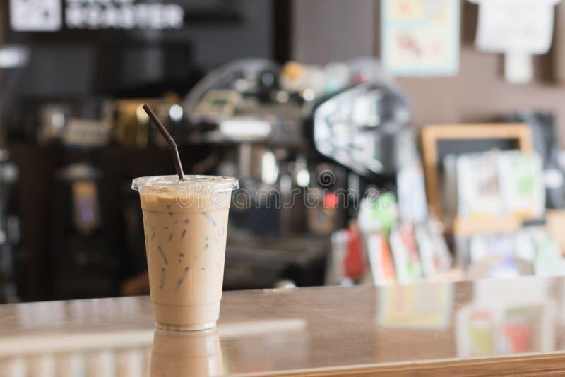 冰冻咖啡拿走杯子 室内咖啡馆 免版税图库摄影