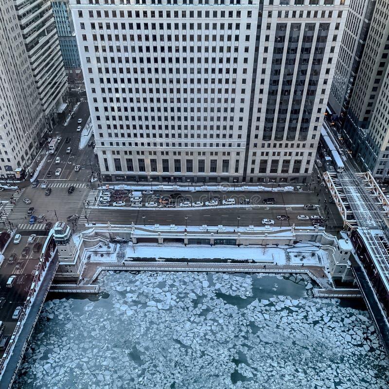 冰冻大块鸟瞰图在芝加哥河的 免版税库存图片