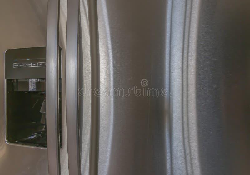 冰分配器的接近的看法在家的厨房的里面 库存图片