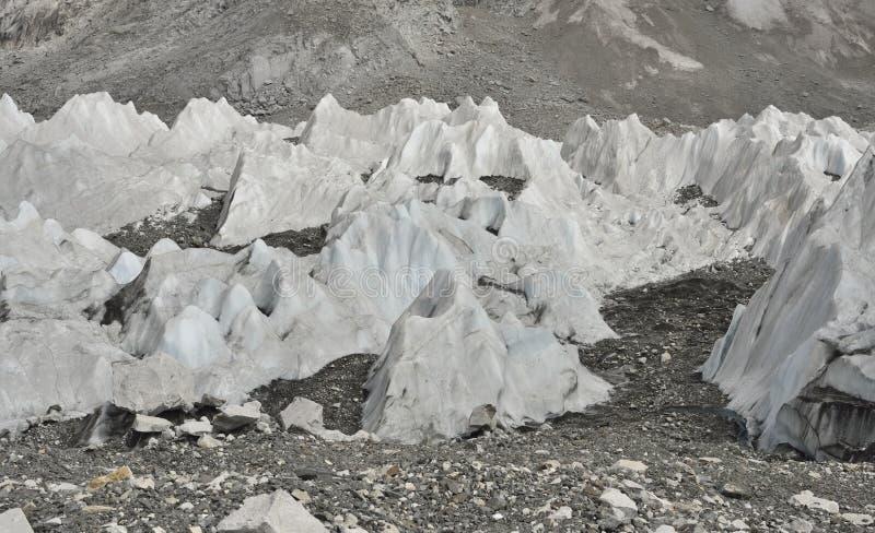 冰和石头从Khumbu冰川深谷从珠穆琅玛营地,喜马拉雅山 尼泊尔 免版税图库摄影