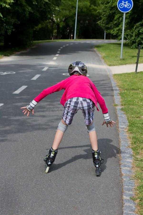 滑冰在公园的小女孩rolller 库存图片
