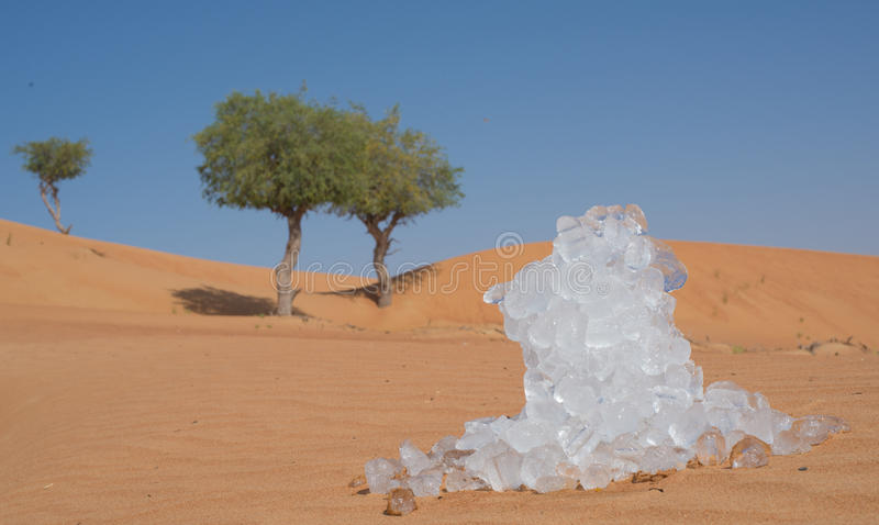 冰在热的沙漠 库存照片