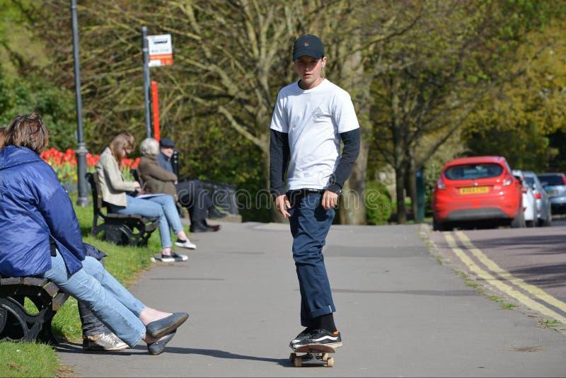滑冰在街道上的溜冰板者 免版税库存照片