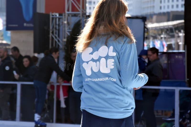 滑冰在滑冰场的女孩在达令港 免版税图库摄影