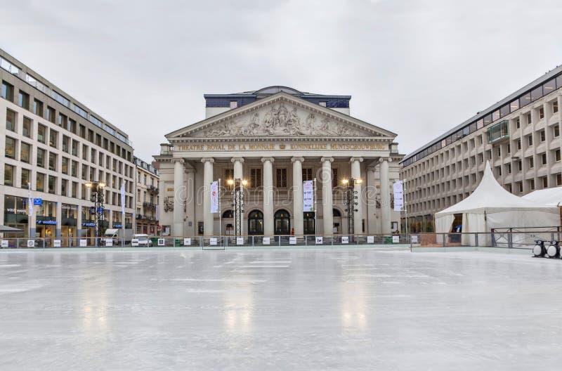 滑冰场在La Monnaie剧院附近的布鲁塞尔 免版税库存照片