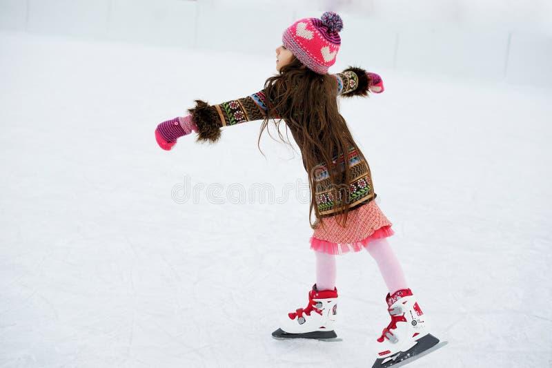 滑冰场的可爱的小女孩 免版税库存照片