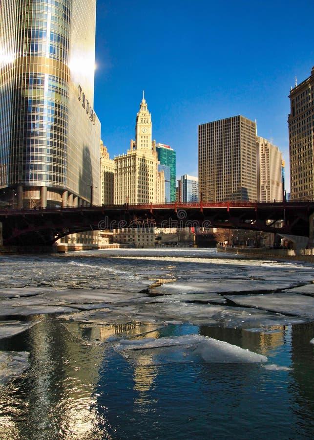 冰大块看法漂浮在冻芝加哥河的桥梁下的在1月 免版税库存图片