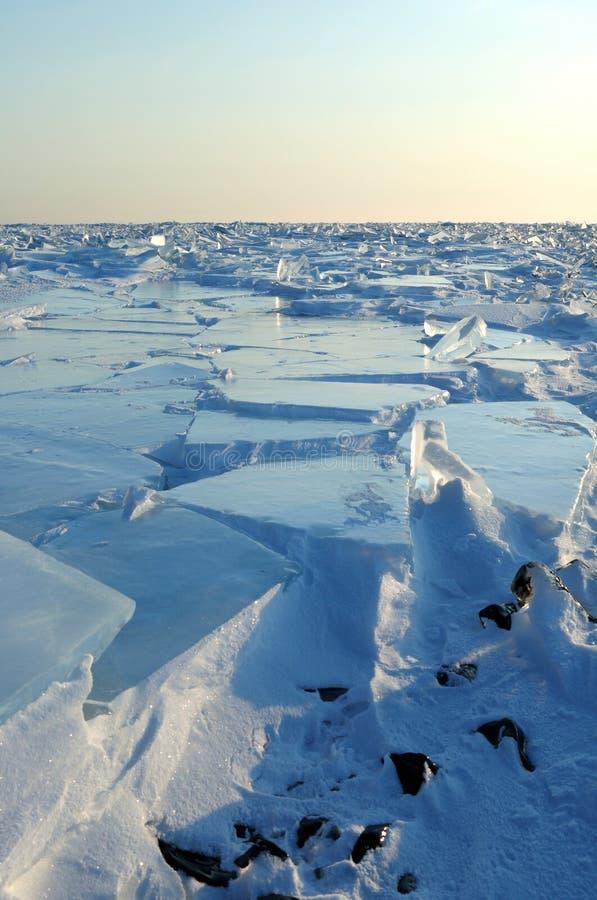 冰奥尔洪岛北岸的小丘贝加尔湖的 透明的冰透明块爬行岸上 库存图片