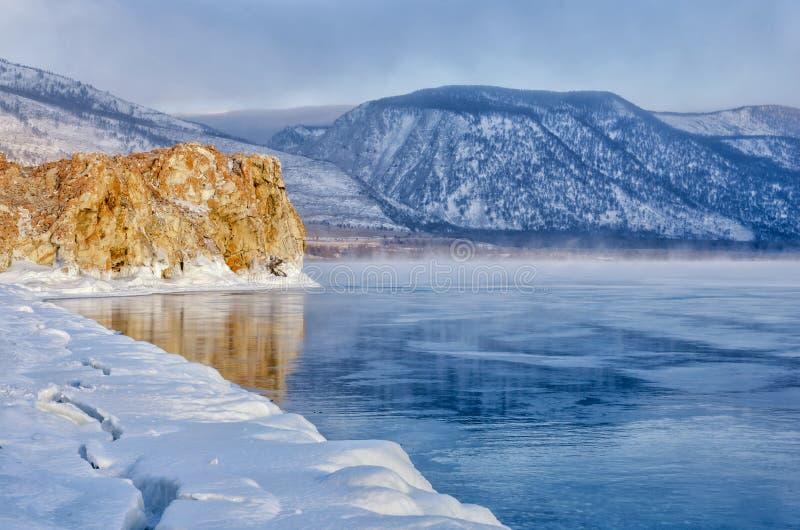 冰小丘和岩石的领域在冻贝加尔湖 日出 免版税库存照片