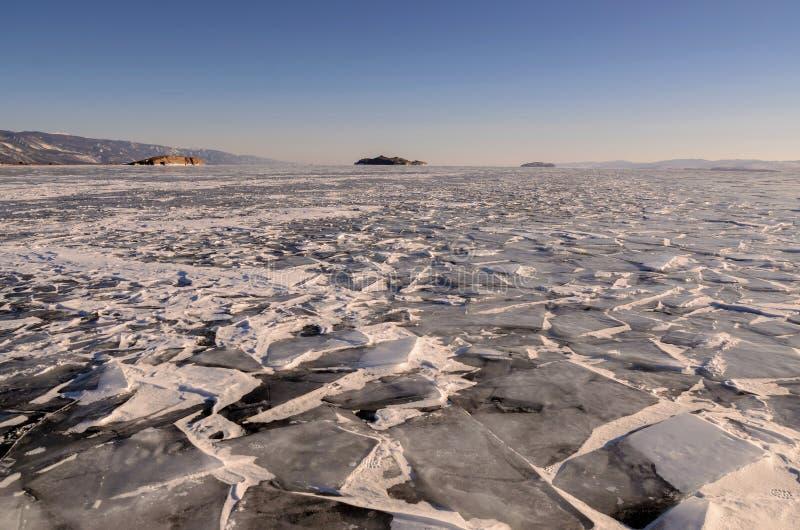 冰小丘的领域冻贝加尔湖的 俄国 免版税库存照片