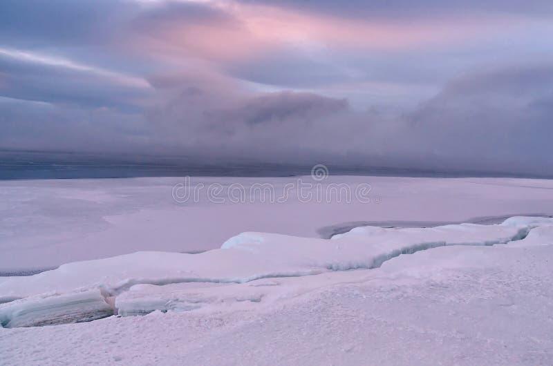 冰小丘的领域冻贝加尔湖的 日落 免版税库存图片