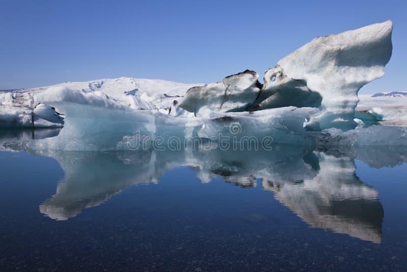 冰山冰岛jokulsarlon盐水湖反映 免版税库存图片