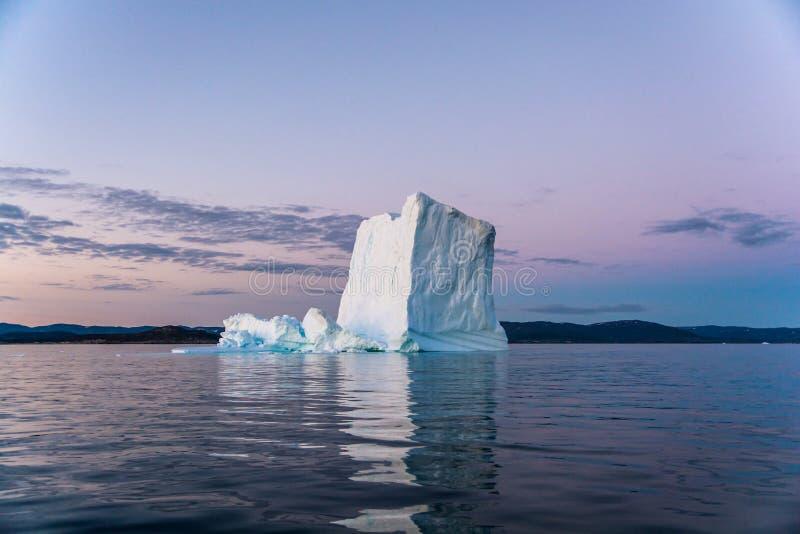 冰山在格陵兰的不眠夜 免版税库存图片