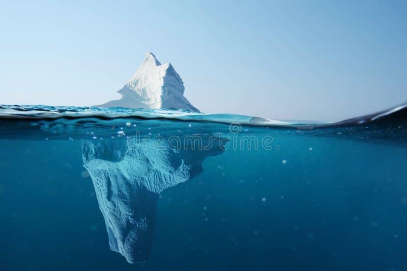 冰山在海洋有在水下的一个看法 透明的水 暗藏的危险和全球性变暖概念 免版税库存图片