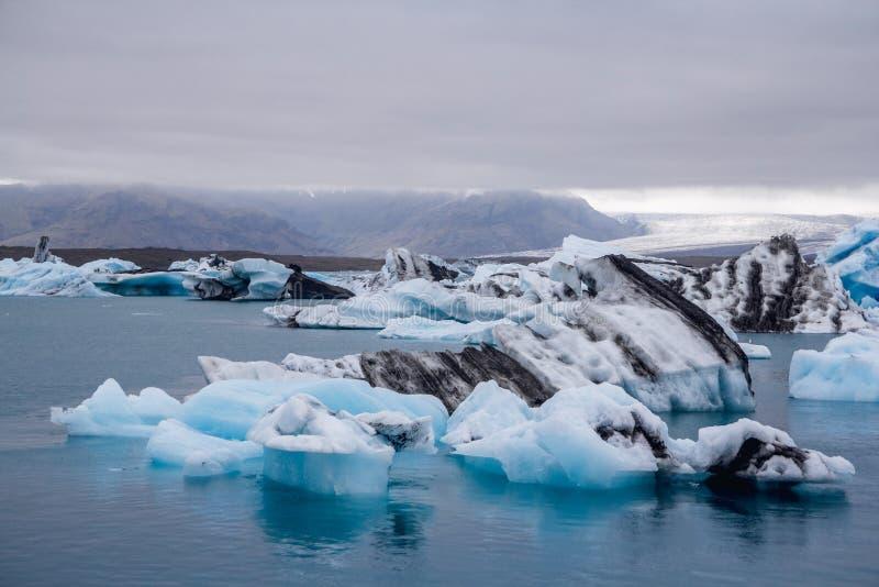 冰山在Breidamerkurjokull冰川Sudhurland,冰岛下的冰河湖盐水湖 免版税库存图片