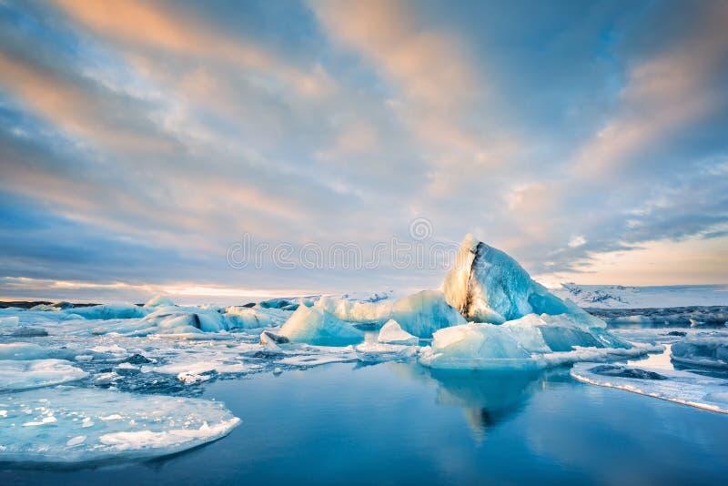 冰山在Jokulsarlon冰川盐水湖漂浮,在冰岛 免版税库存图片