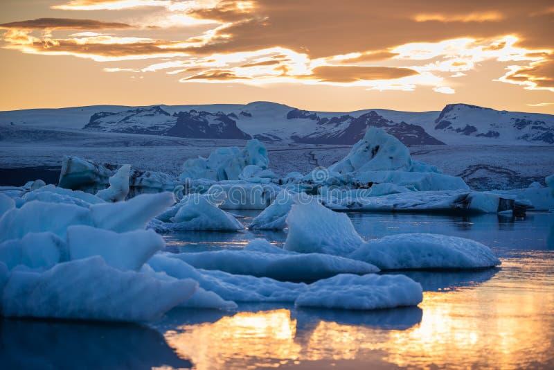 冰山在Jokulsarlon冰川盐水湖 Vatnajokull国家公园,冰岛夏天 午夜星期日 图库摄影