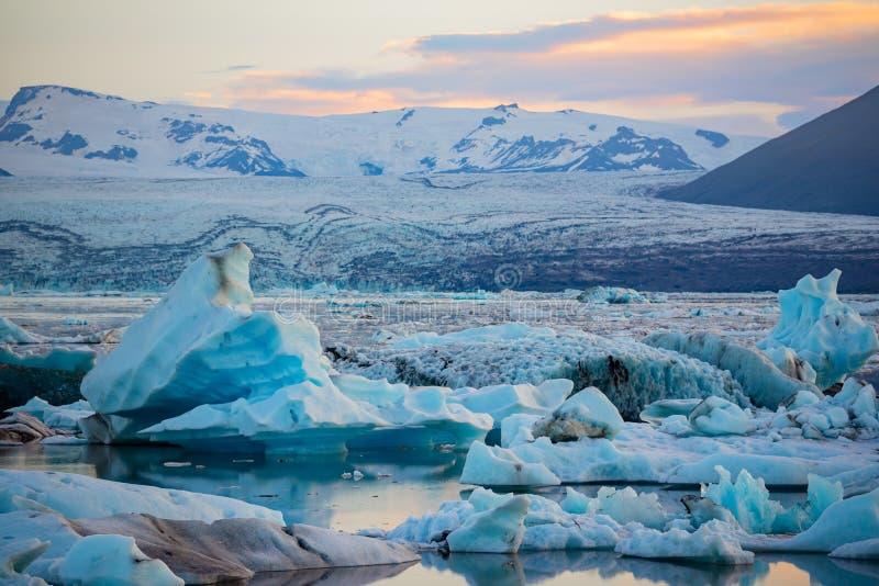 冰山在Jokulsarlon冰川盐水湖 Vatnajokull国家公园,冰岛夏天 午夜星期日 免版税库存图片