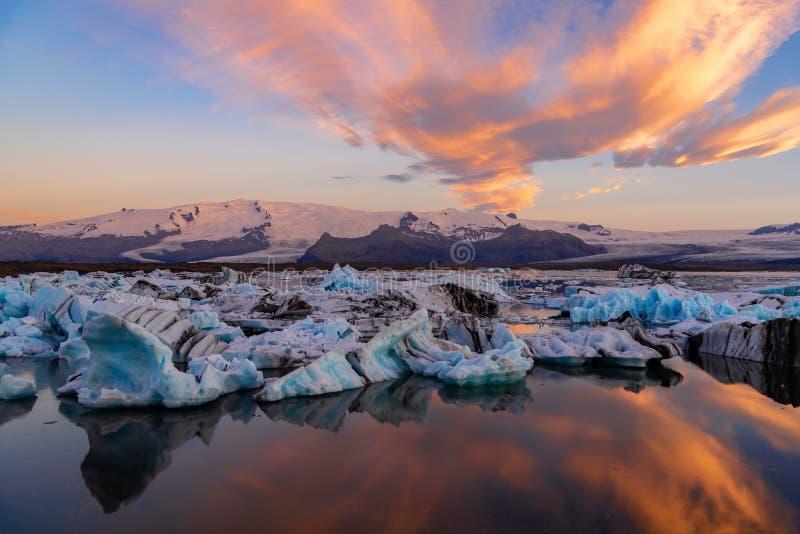 冰山在Jokulsarlon冰川盐水湖 Vatnajokull国家公园,冰岛夏天 午夜星期日 库存照片