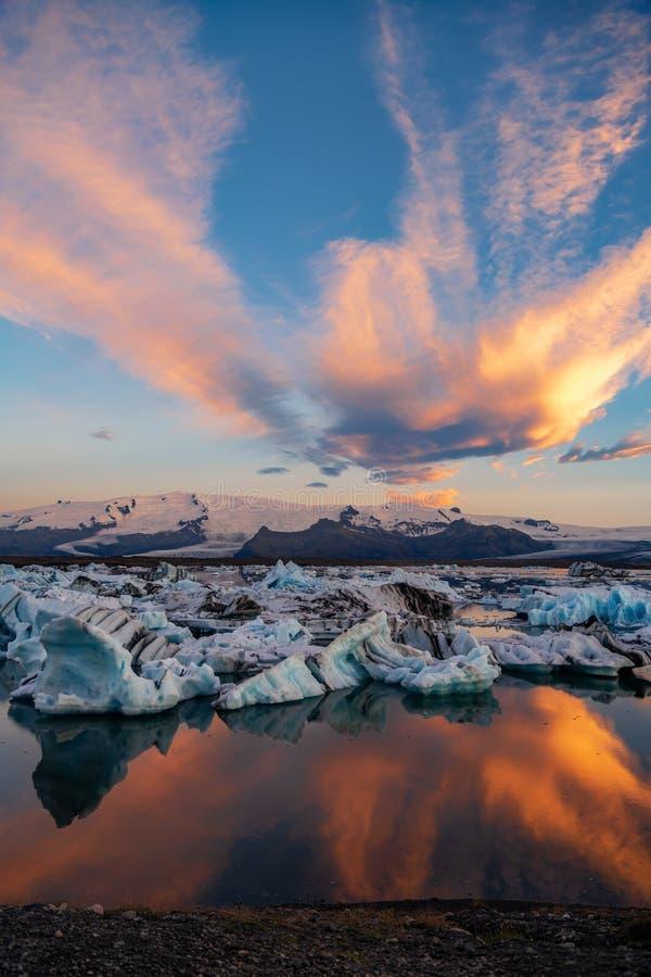 冰山在Jokulsarlon冰川盐水湖 Vatnajokull国家公园,冰岛夏天 午夜星期日 库存图片