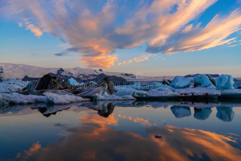 冰山在Jokulsarlon冰川盐水湖 Vatnajokull国家公园,冰岛夏天 午夜星期日 免版税库存照片