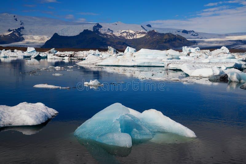 冰山在Jokulsarlon冰川盐水湖 Vatnajokull国家公园,冰岛夏天 图库摄影