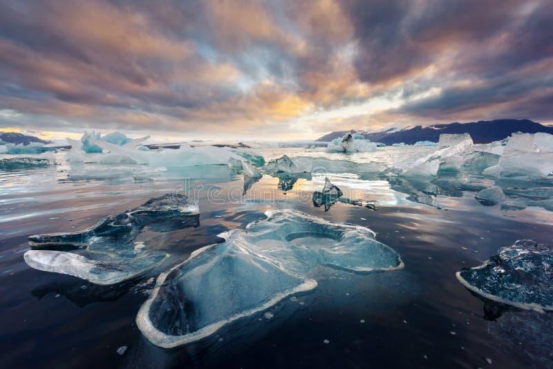 冰山在Jokulsarlon冰河盐水湖 库存照片