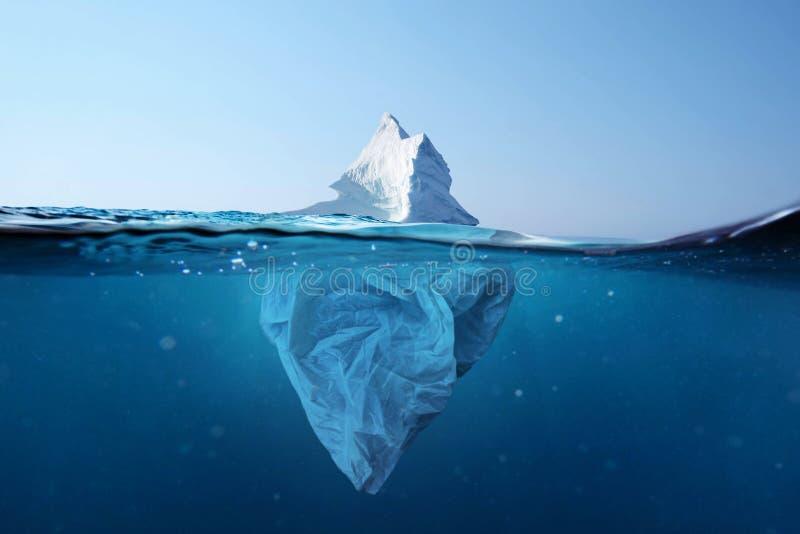 冰山-塑料袋有在水下的一个看法 海洋的污染 塑料袋与冰山的环境污染 库存照片