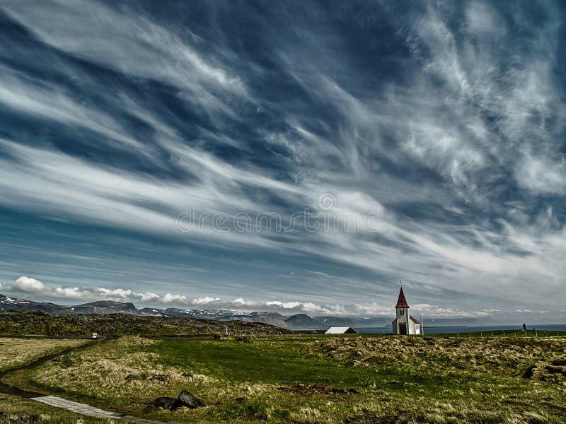 冰岛教会在多云天空下 免版税图库摄影