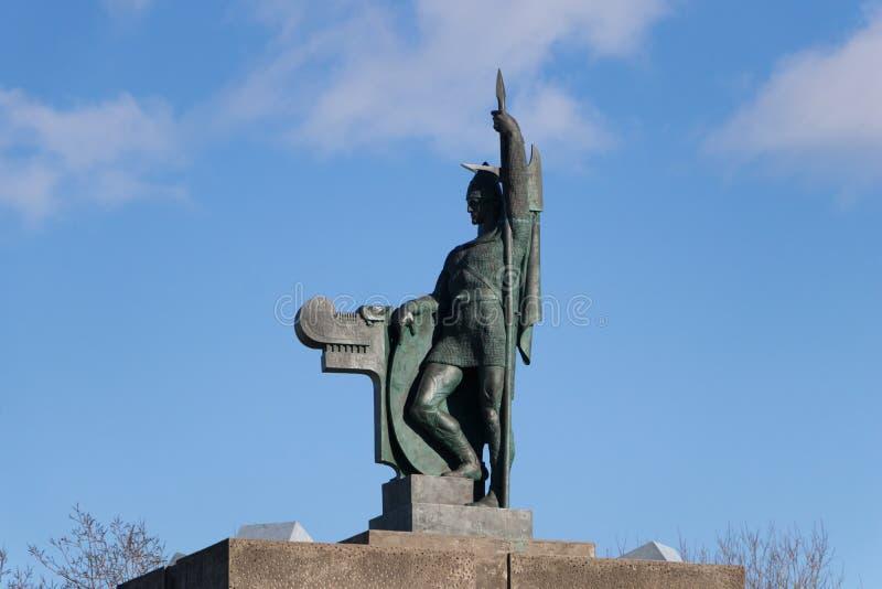 冰岛第一个定居者 — 英戈尔弗·阿纳尔森的阿纳霍尔·阿纳霍尔斯特拉迪尔雕像 冰岛雷克雅未克 免版税库存图片