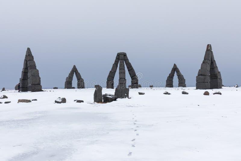 冰岛著名的地标性、令人惊叹的旅游胜地,在冰岛北部Raufarhöfn,欣赏北极Henge的美丽景色 图库摄影