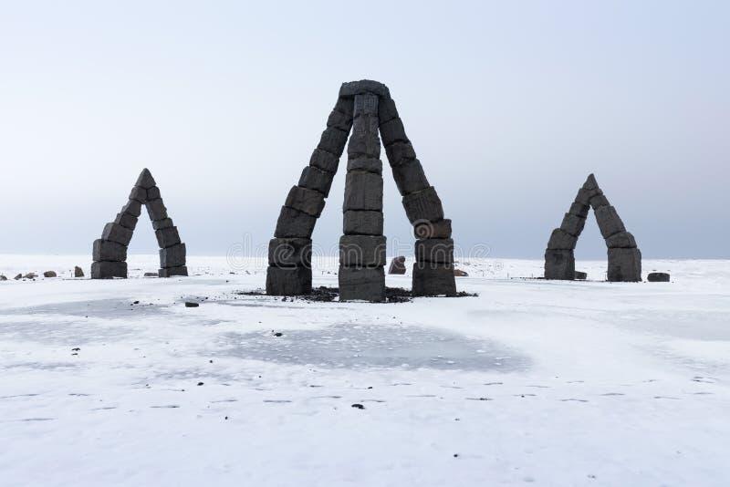 冰岛著名的地标性、令人惊叹的旅游胜地,在冰岛北部Raufarhöfn,欣赏北极Henge的美丽景色 免版税库存照片