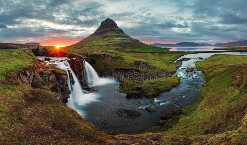 冰岛风景日落的春天全景 免版税图库摄影
