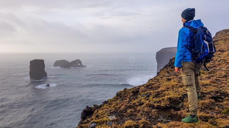 冰岛-在峭壁的年轻人身分 免版税库存图片