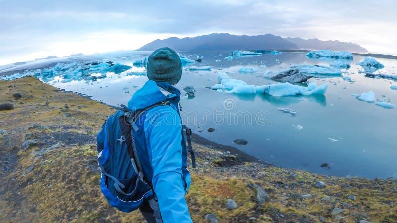冰岛-采取一selfie的人在冰盐水湖 库存图片