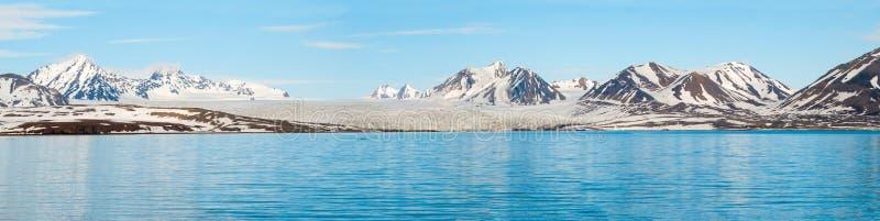 冰川全景在海上的有后边山的, Svalbar 免版税图库摄影