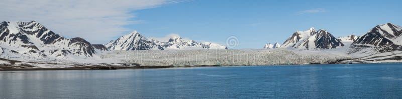 冰川全景在海上的有后边山的, Svalbar 免版税库存照片