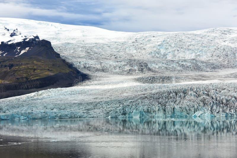 冰川在湖的水中被反射 美好的北风景 ?? 融化冰河的生态问题 库存照片