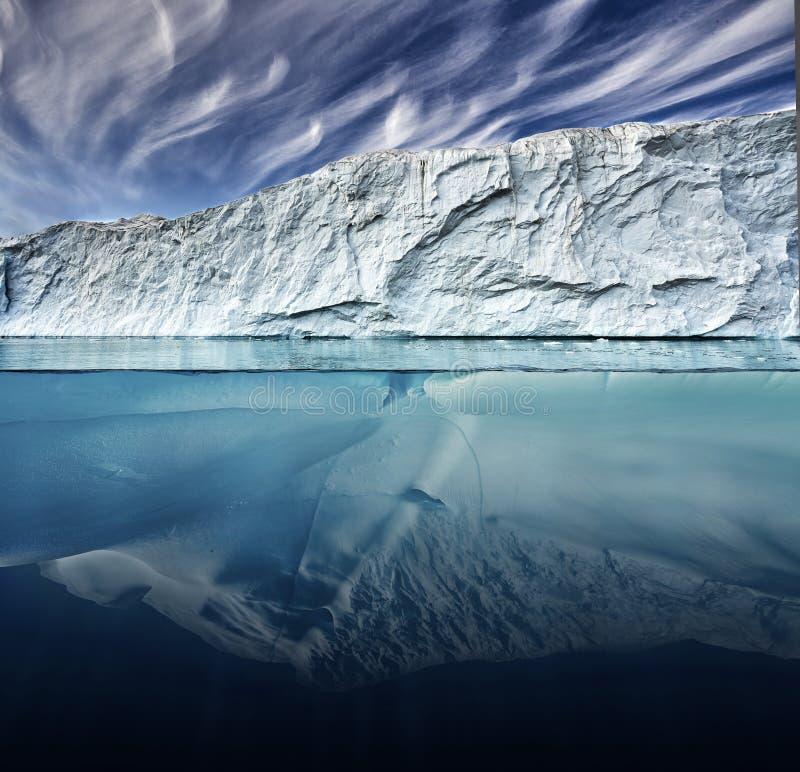 冰川有在格陵兰采取的上面和水下的观点 免版税图库摄影