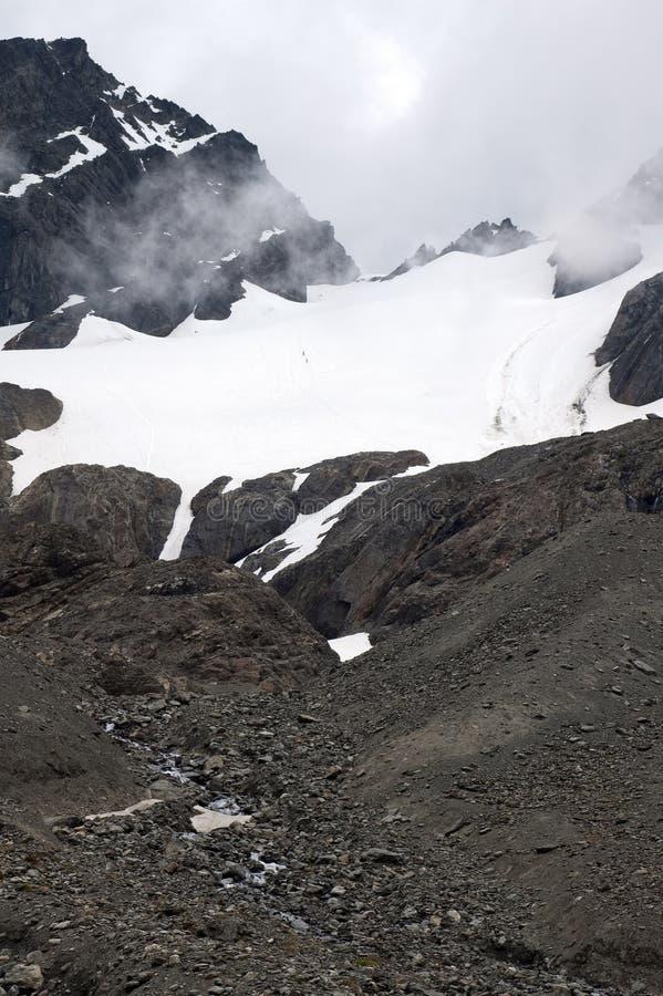 冰川看法与2个登山人横断的 库存照片