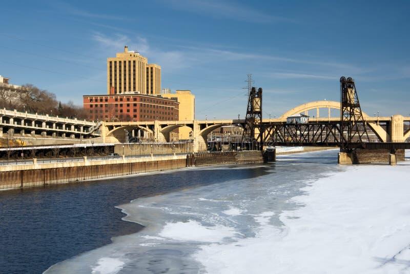 冰川覆盖的密西西比河,圣保罗,明尼苏达,美国 免版税库存照片