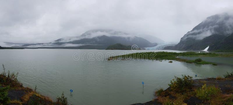 冰川视图在有有薄雾的天空的阿拉斯加 库存图片