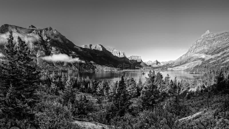 冰川NP山脉全景单色风景视图  图库摄影