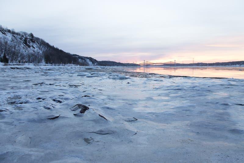 冰床和大块看法在圣劳伦斯河的银行和皮埃尔Laporte和魁北克大桥在backgroun 免版税库存照片